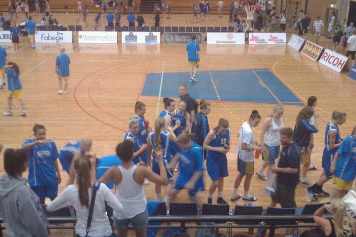 Glada svenskor efter vinst i Basket-NM ungdom