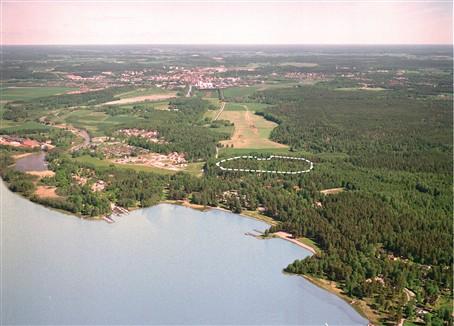 Området flygfotograferat söderifrån - Enköping skymtar norrut